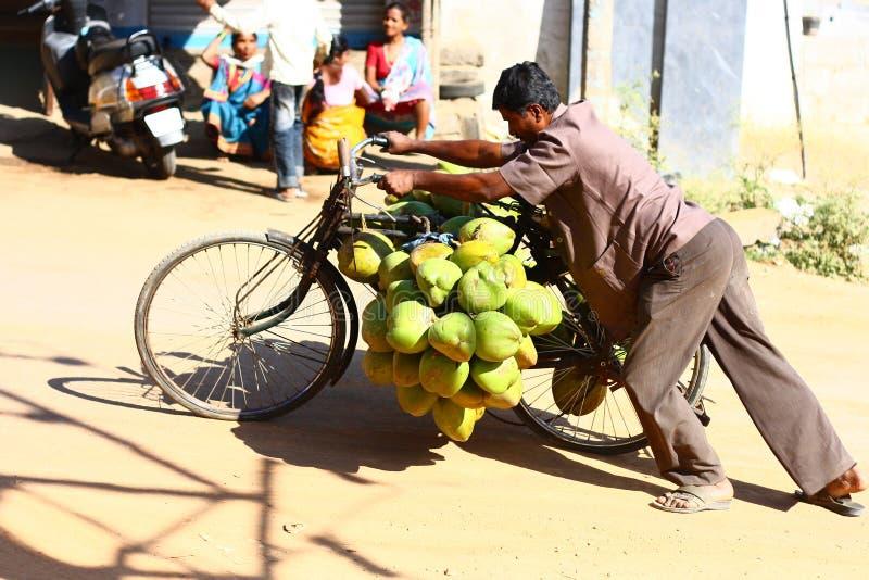 Constructeur tendre de noix de coco en Inde images libres de droits
