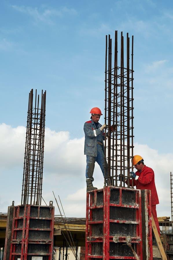 Constructeurs d'ouvriers à la construction image stock