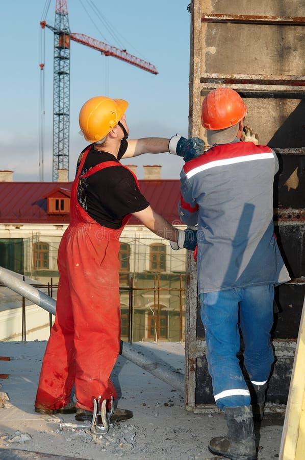 Constructeurs d'ouvriers à la construction photo stock