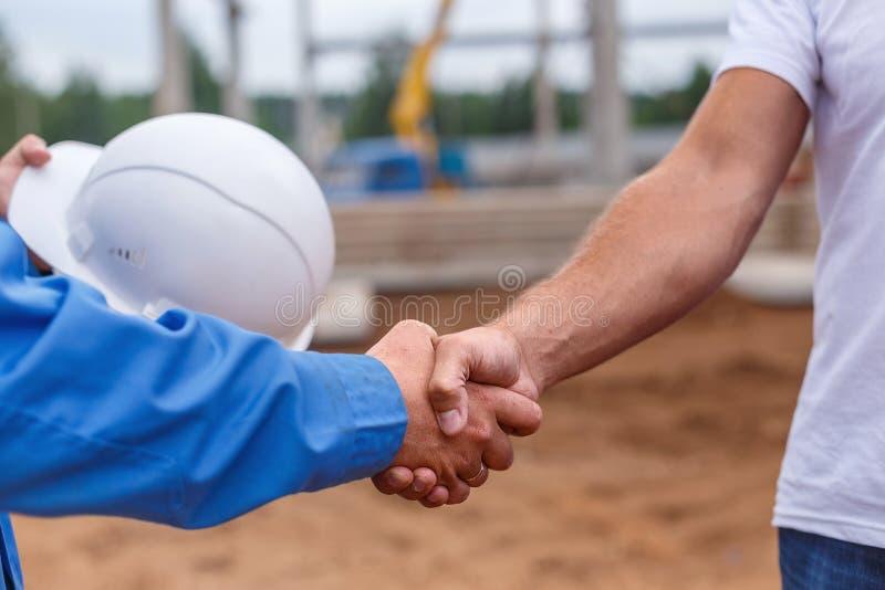 Constructeurs se serrant la main images libres de droits