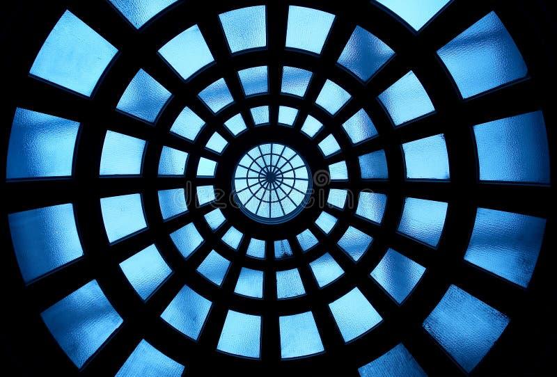 Construction à l'intérieur du plafond en verre photo stock