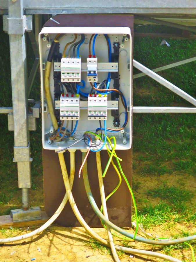 Construction électrique d'installation d'une ligne électrique photographie stock