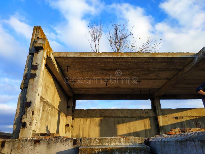 Construction abandonnée Vieille usine rampante et effrayante photo libre de droits