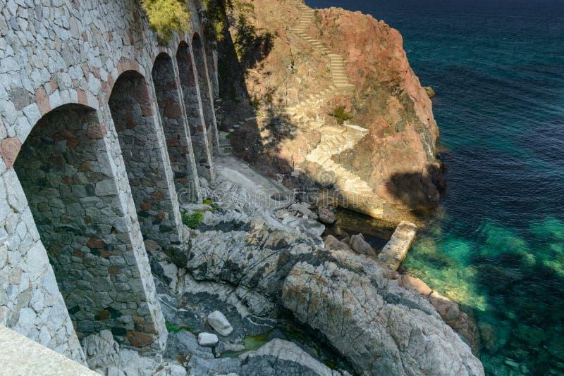 Construction avec la côte rocheuse de voûte et la mer translucide photo stock
