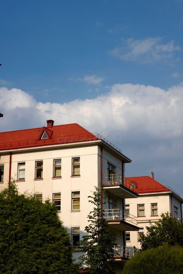 Construction avec un toit de tuile rouge images stock
