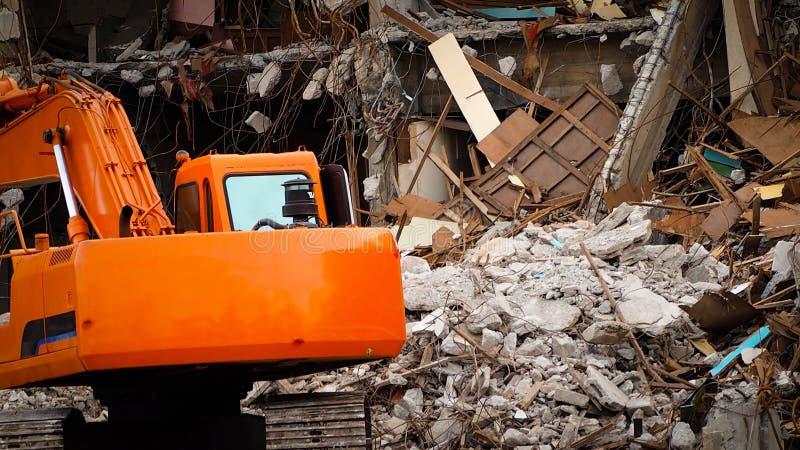Construction détruite industrielle Démolition de bâtiment par explosion Bâtiment en béton abandonné avec la blocaille Ruine de tr image stock