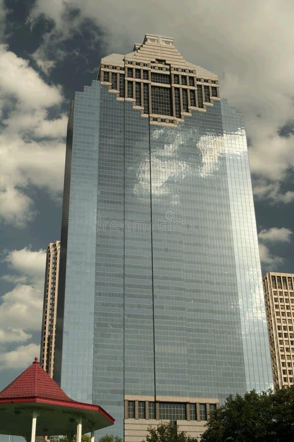 Construction d'affaires avec la réflexion de nuage images libres de droits
