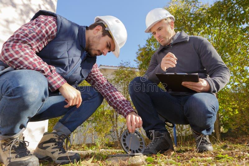 Construction d'extérieur de constructeurs vérifiant la canalisation images libres de droits