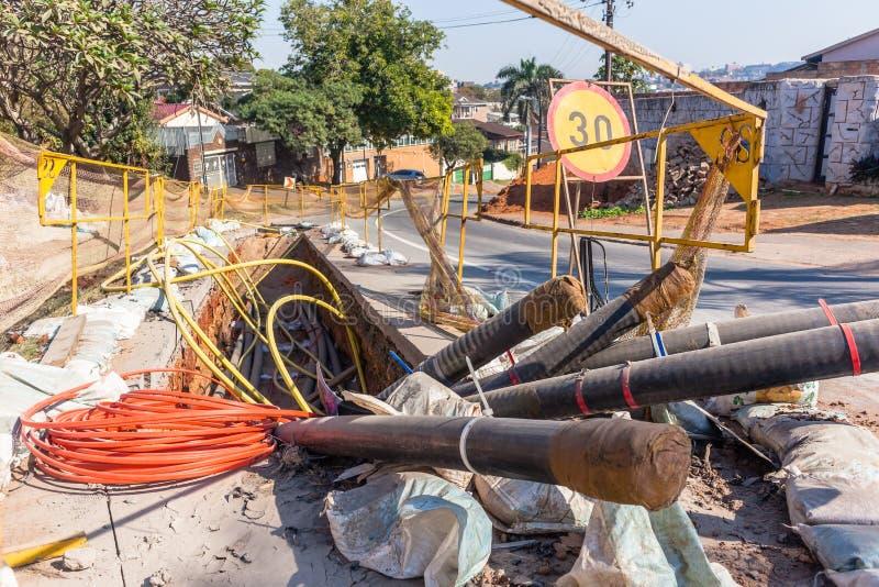 Construction d'installation de fossé de câble de l'électricité de route photos stock