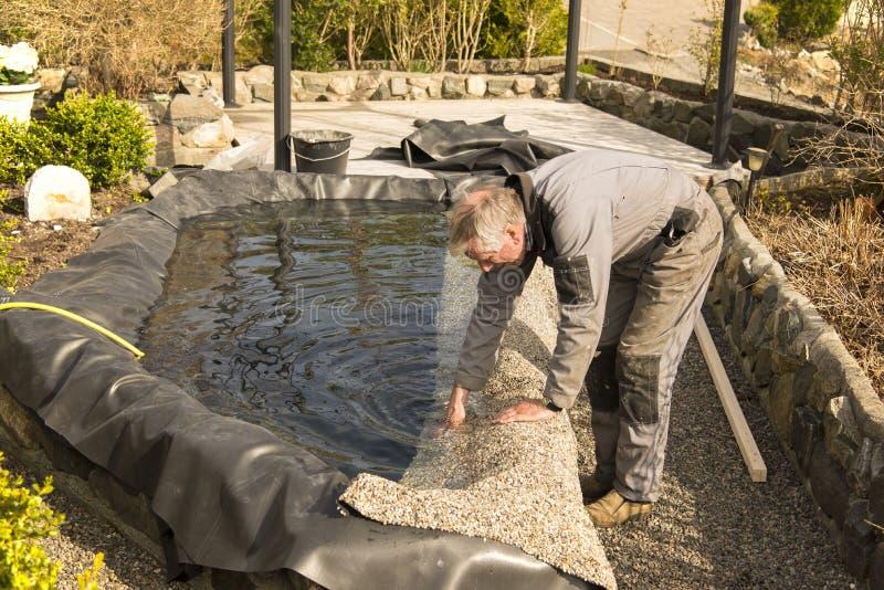 Construction d'un étang de jardin photo stock