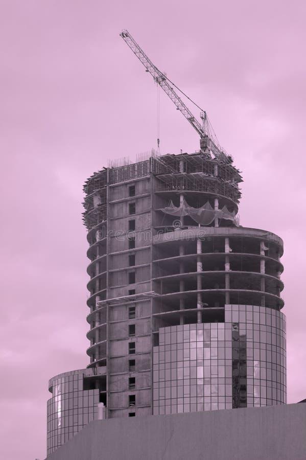 Construction d'un bâtiment moderne à plusiers étages au coucher du soleil image libre de droits