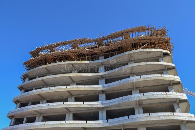 Construction d'un grand hôtel Vue inférieure Squelette et forêt contre le ciel bleu photographie stock libre de droits