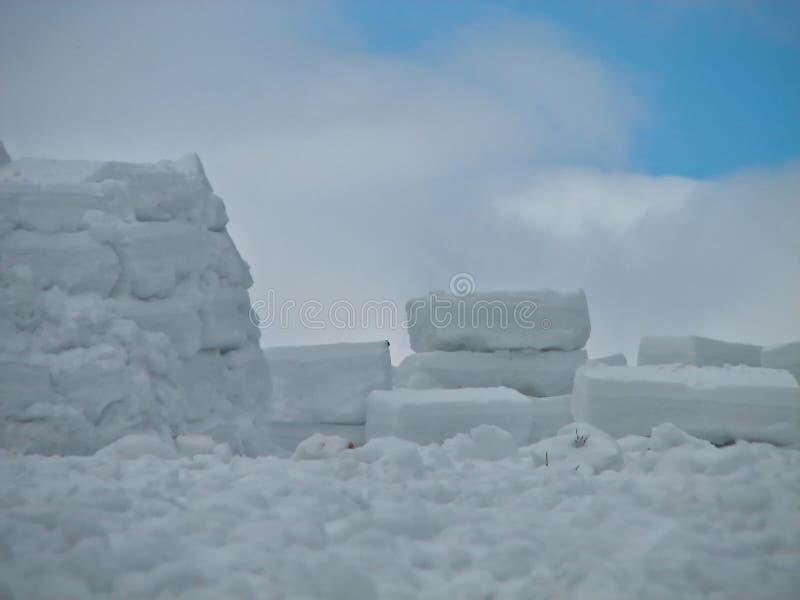 Construction d'un igloo dans un climat dur images libres de droits