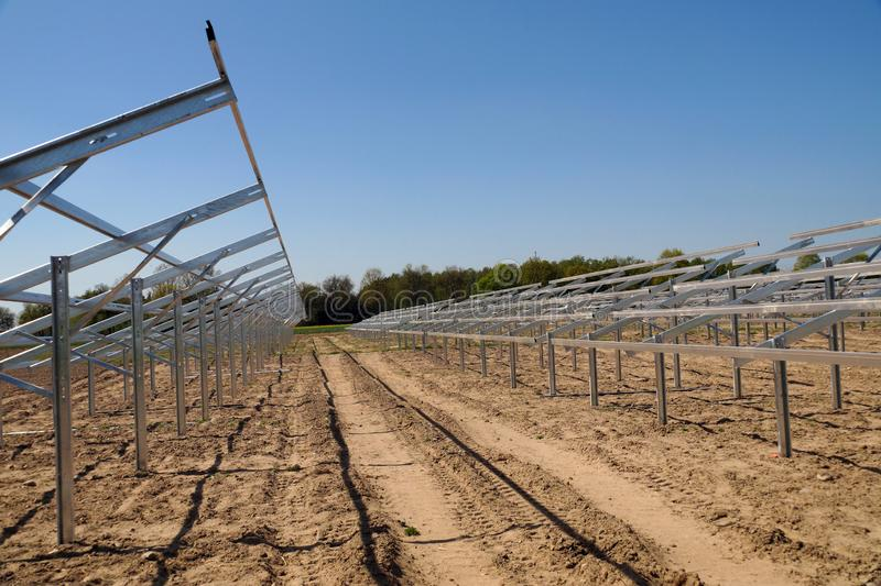 Construction d'une centrale solaire Construction pour les panneaux photovoltaïques image libre de droits