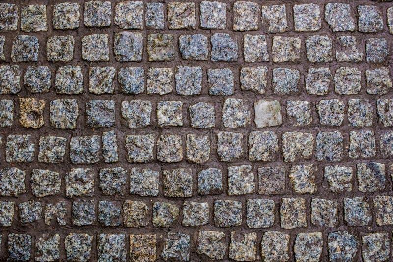 Construction d'une route d'une belle pierre humide de granit photos libres de droits