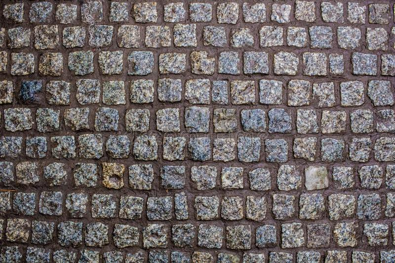 Construction d'une route d'une belle pierre humide de granit photos stock