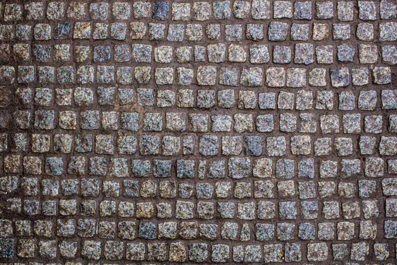 Construction d'une route d'une belle pierre humide de granit photo libre de droits