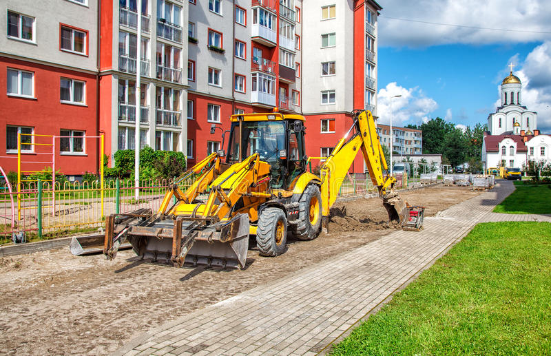 Construction d'une route neuve l'excavatrice prépare la surface photos libres de droits