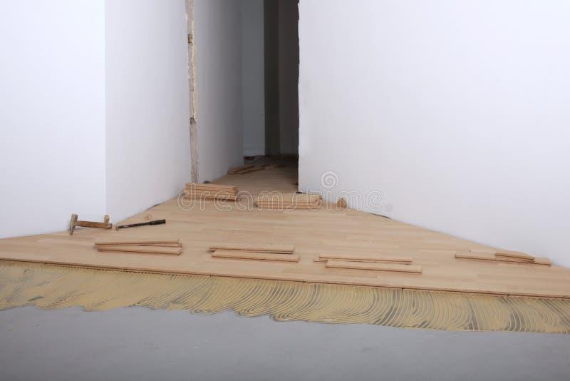 Construction dans une nouvelle installation de pièce de parquet image stock