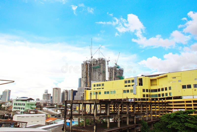 Construction de bâtiments de paysage Fond de ciel bleu et de nuage photos libres de droits