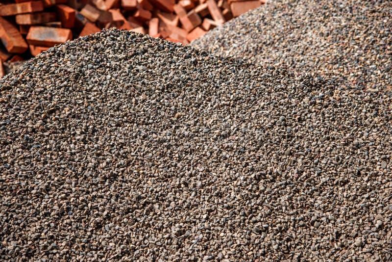 Construction de bâtiments sur l'accumulation du sable et du gravier images libres de droits
