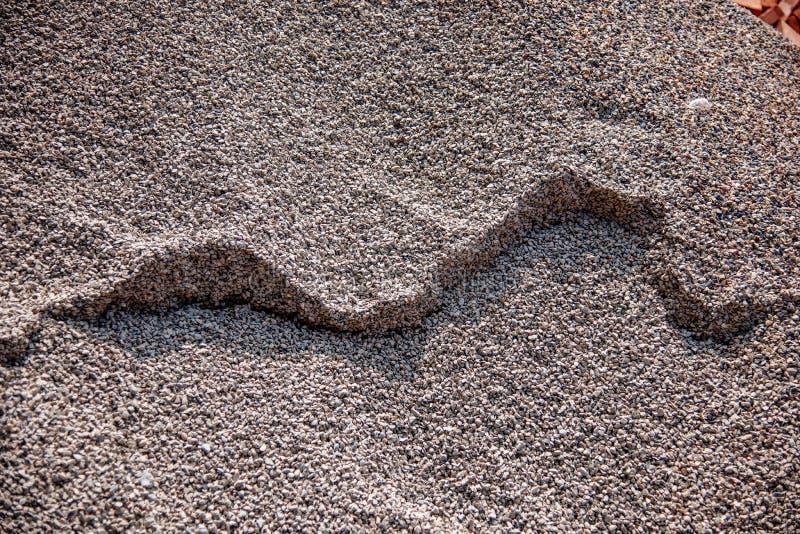 Construction de bâtiments sur l'accumulation du sable et du gravier photographie stock