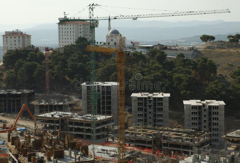 Construction de bâtiments triple de construction, sous un ciel bleu images stock