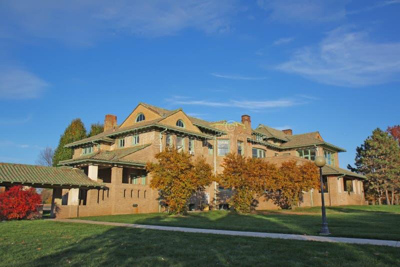 Construction de campus universitaire et feuillage d'automne photo stock