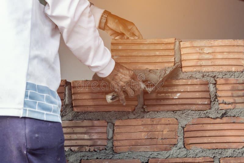 Construction de fonctionnement d'homme de maçon photos stock