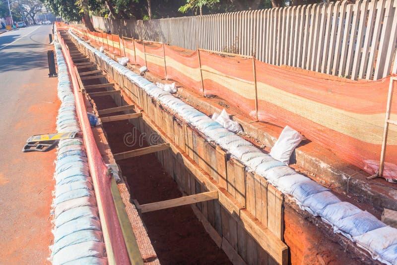 Construction de fossé de câble de l'électricité de route images stock