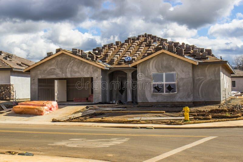 Construction de maison d'histoire de neuf avec le stuc récemment appliqué photographie stock libre de droits