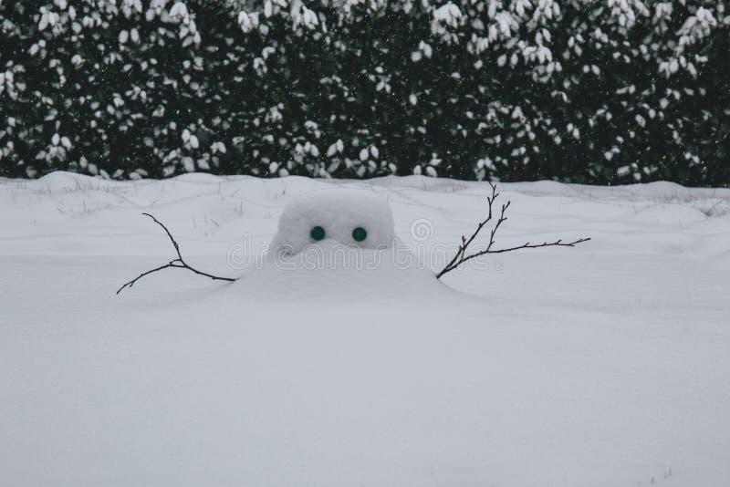 Construction de neige pendant la tempête Emma, également connue sous le nom de bête de l'est images libres de droits
