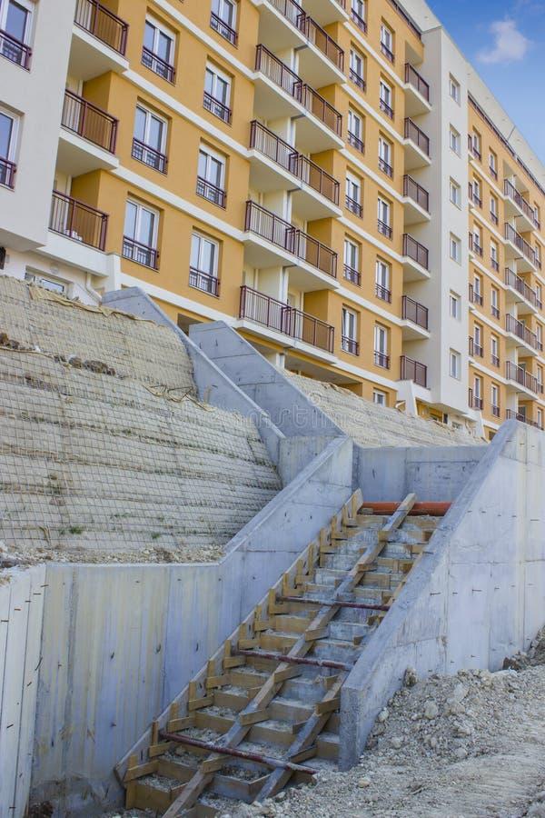 Construction de nouveaux escaliers devant l'immeuble images stock