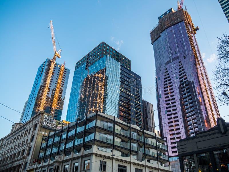 Construction de nouveaux immeubles d'appartement et de bureaux photos libres de droits