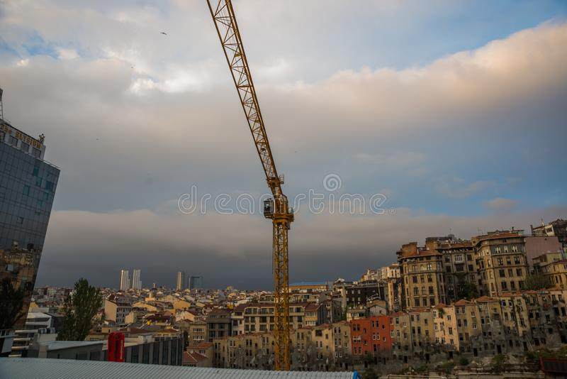 Construction de nouvelles maisons Les grues sont de vieux bâtiments démolis Istanbul, Turquie images libres de droits