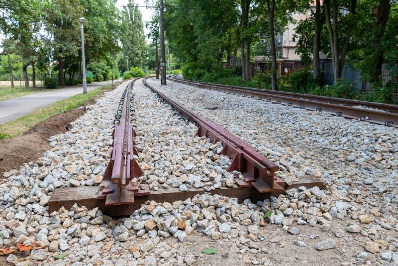 Construction de nouvelles voies de tram en infrastructure urbaine Le début de la ligne ferroviaire photos libres de droits