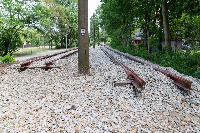 Construction de nouvelles voies de tram en infrastructure urbaine Le début de la ligne ferroviaire photos stock