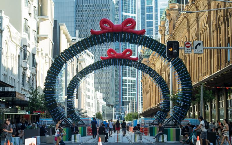 Construction de rail de lumière de Noël sur George Street entre le roi image libre de droits