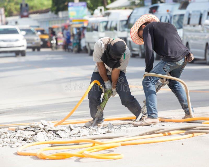 Construction de routes avec le foret pneumatique image stock