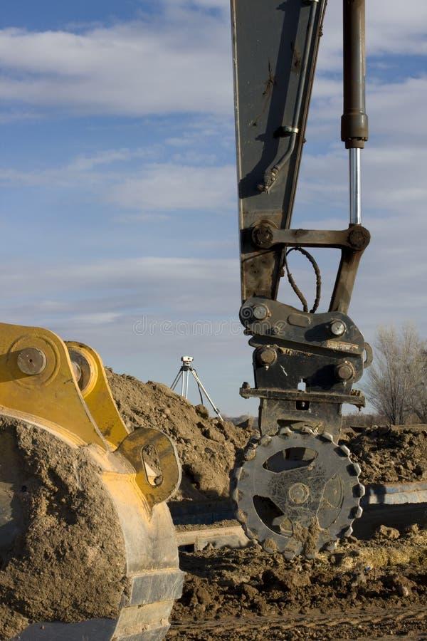 Construction de routes - bras d'excavatrice avec le rouleau images stock