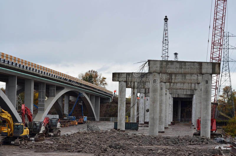 Construction de routes de passage supérieur photos stock