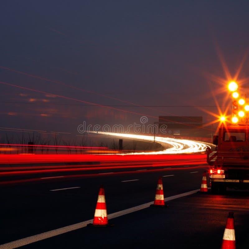 Construction de routes la nuit photographie stock libre de droits