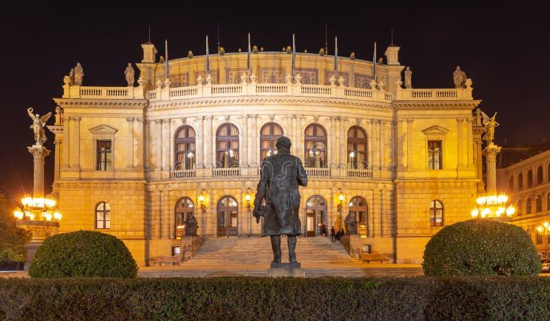 Construction de Rudolfinum avec la statue du compositeur Antonin Dvorak du dos Tir de nuit Salle de concert et maison célèbres de photos libres de droits