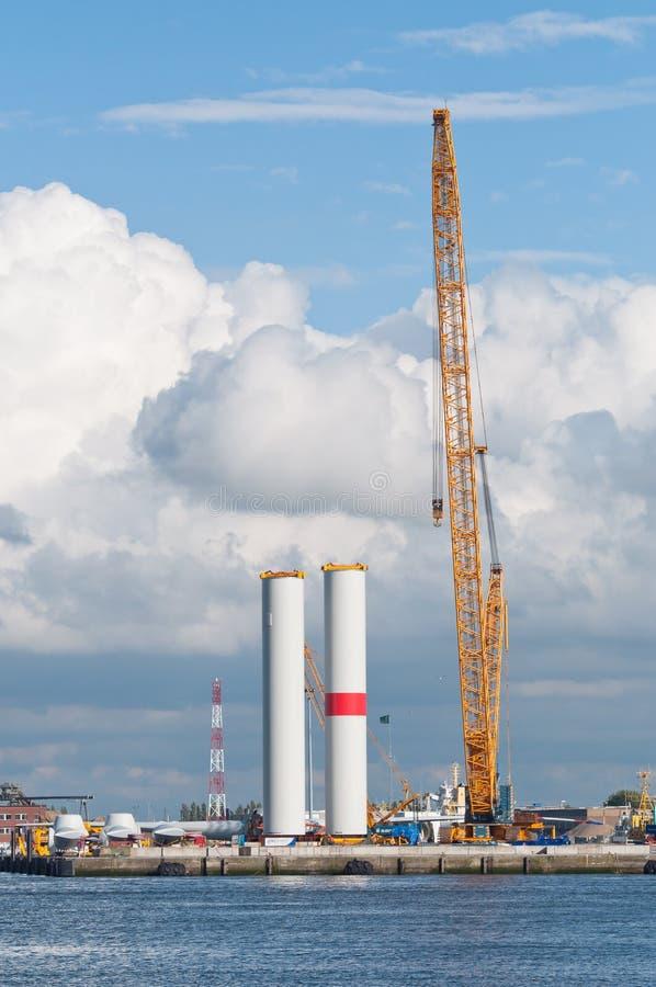 Construction de turbine de vent avec la grande grue images libres de droits