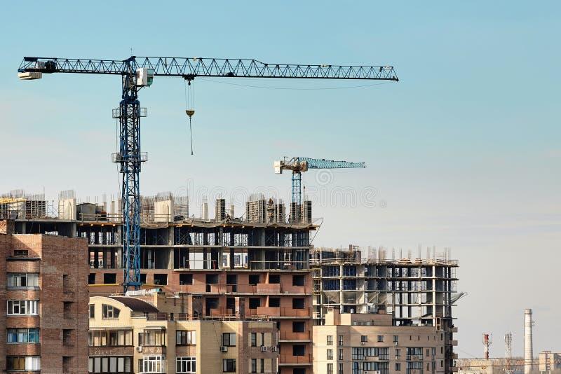 Construction du bâtiment résidentiel ayant beaucoup d'étages dans la ville image libre de droits