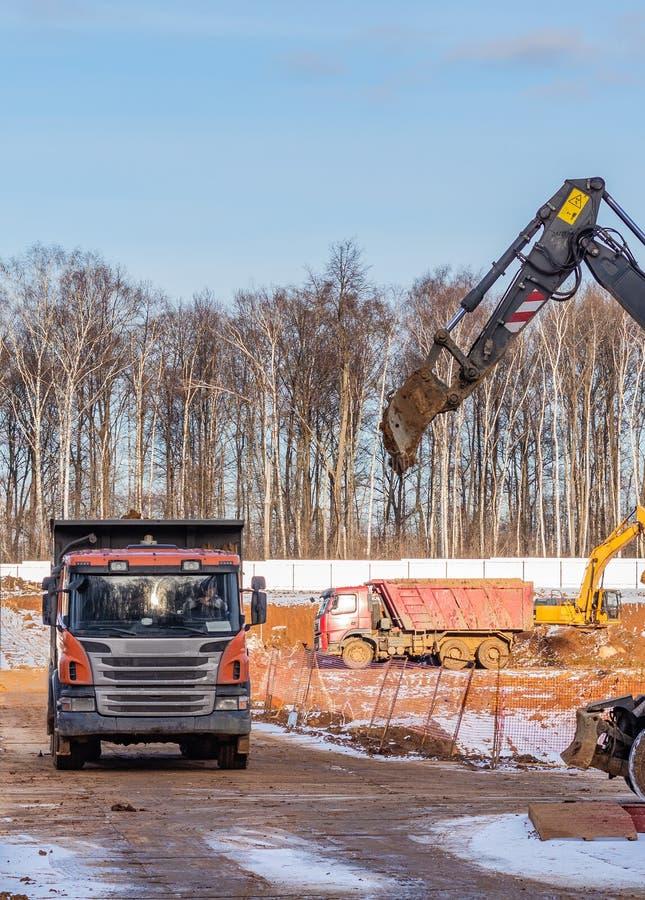 """Construction du cycle zéro du nouveau complexe résidentiel """"dans la forêt """" niveaux de machines de construction moscou photos libres de droits"""