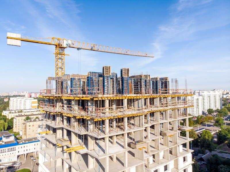 Construction du nouvel immeuble chantier de construction avec t photographie stock libre de droits