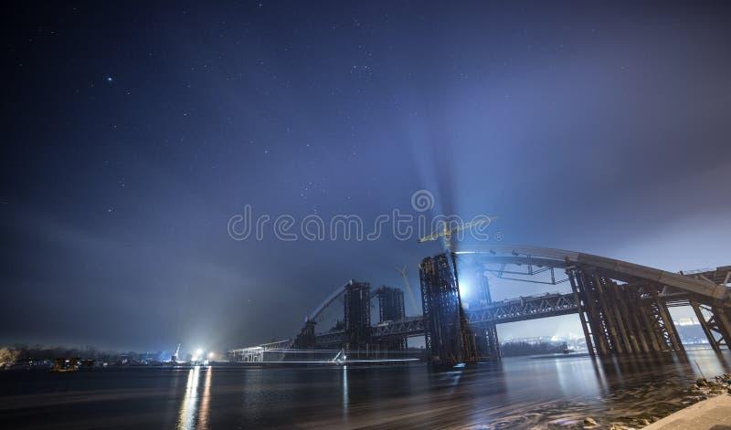Construction du pont au-dessus de la rivière images stock