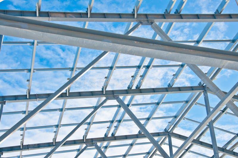 Construction en acier sur le fond du paysage d'hiver photographie stock
