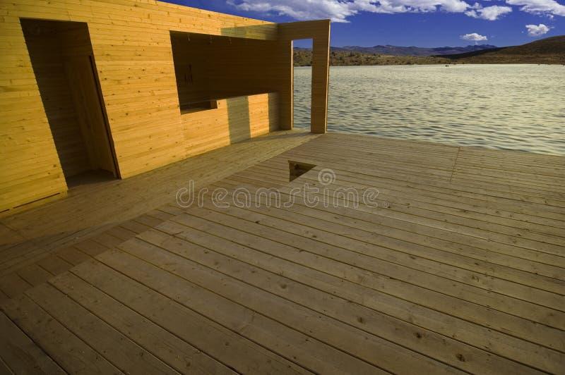 Construction en bois au-dessus de lac.   photo libre de droits